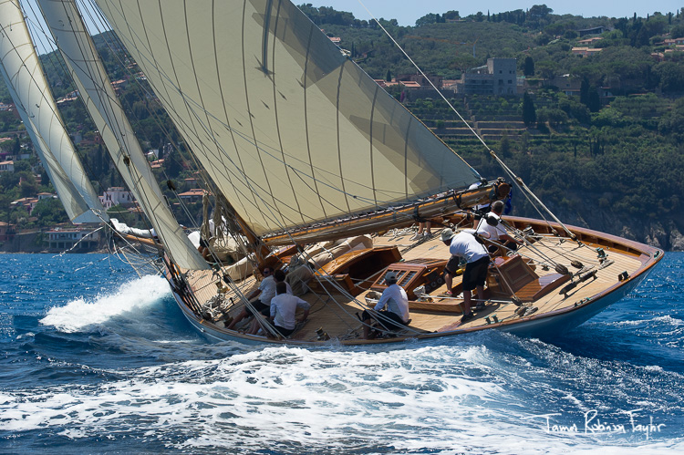 Moonbeam of Fife on starboard tack in the pristine tuscan waters